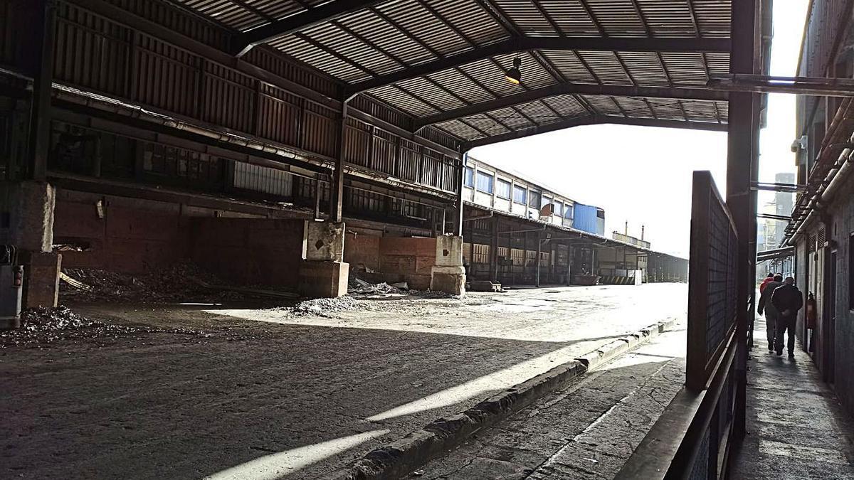 Instalaciones de Alu Ibérica A Coruña vacías de mercancía. |   // L.O.