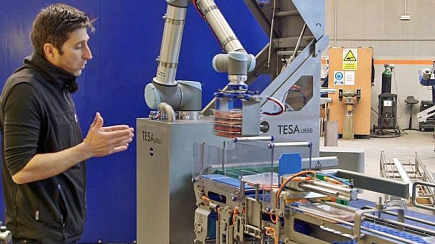 Una empresa gironina llança un robot capaç d'encaixar  50 safates càrnies per minut