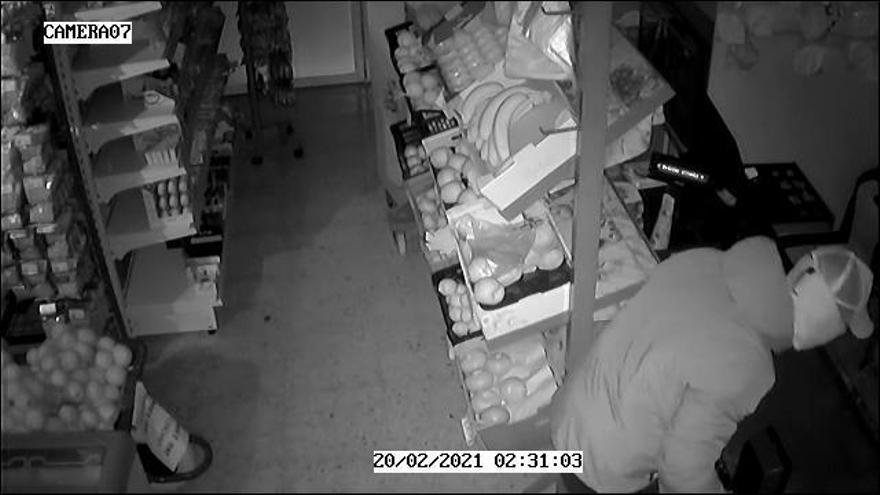 Así actuaban los tres detenidos por robar en dos supermercados de Benidorm con tapas de alcantarilla