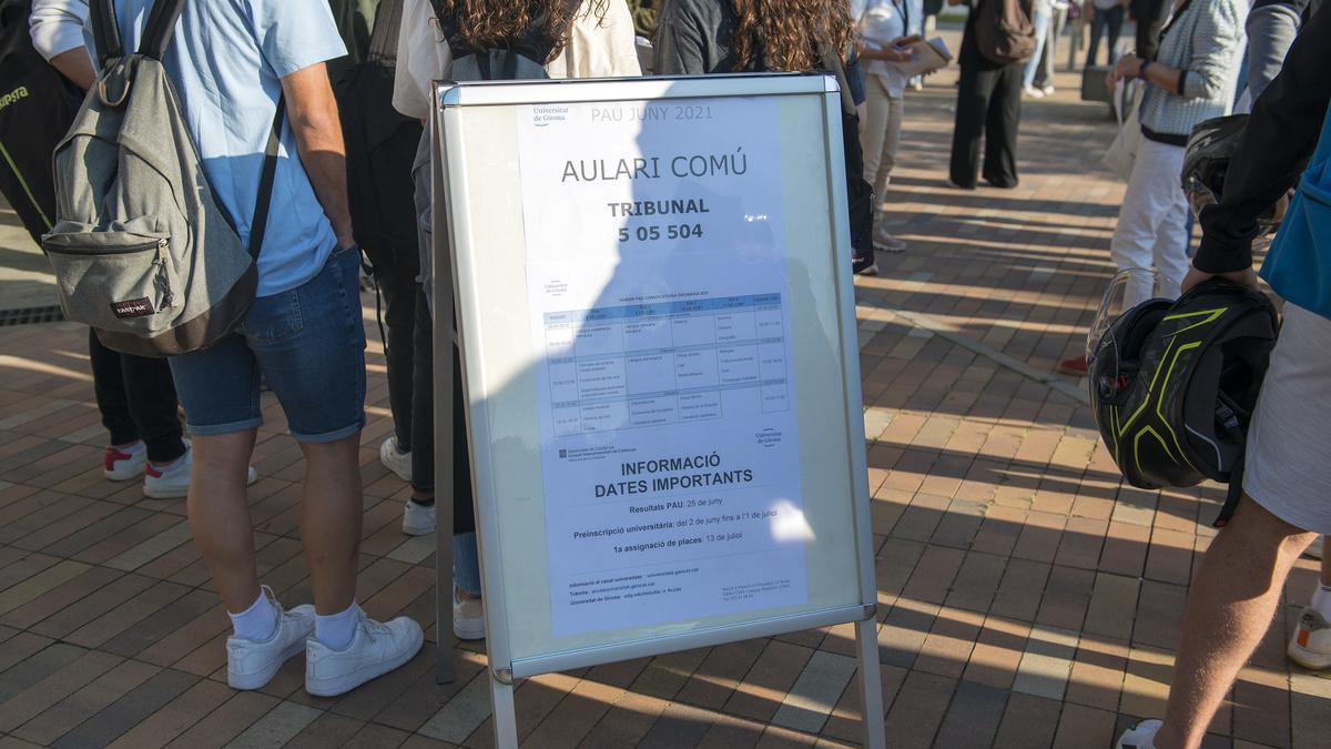 Un grup d'estudiants a la Facultat de Ciències del Campus Montilivi de la Universitat de Girona per començar els exàmens de selectivitat.