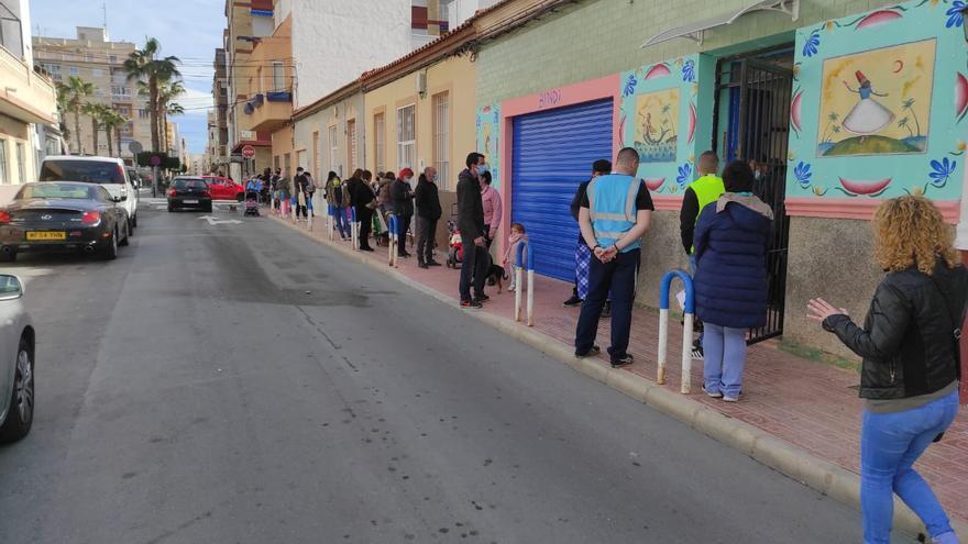 La ONG  Banco Obrero realiza un reparto masivo de alimentos en Torrevieja