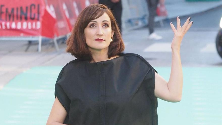 Ana Morgade posa con un portatrajes para denunciar la tiranía de los 'cuerpos perfectos'