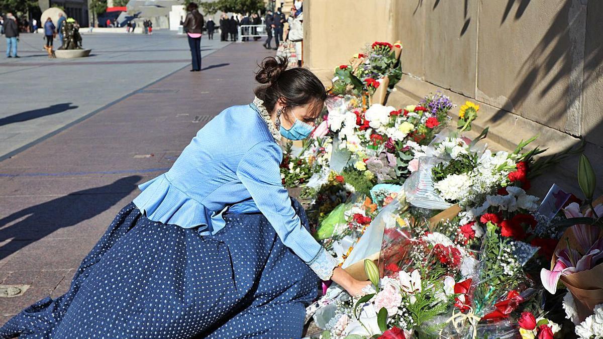Ofrenda espontánea, el 12 de octubre del año pasado en la plaza del Pilar. | ÁNGEL DE CASTRO