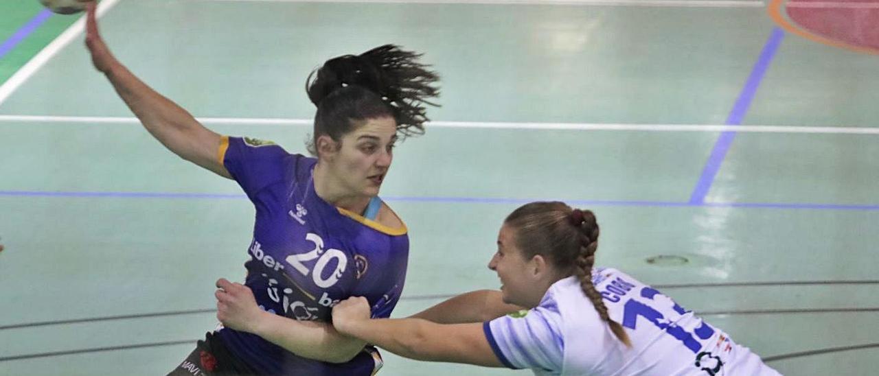 Aida Palicio pasa la pelota ante la oposición de Leticia Cobo en el partido ante La Salud. |