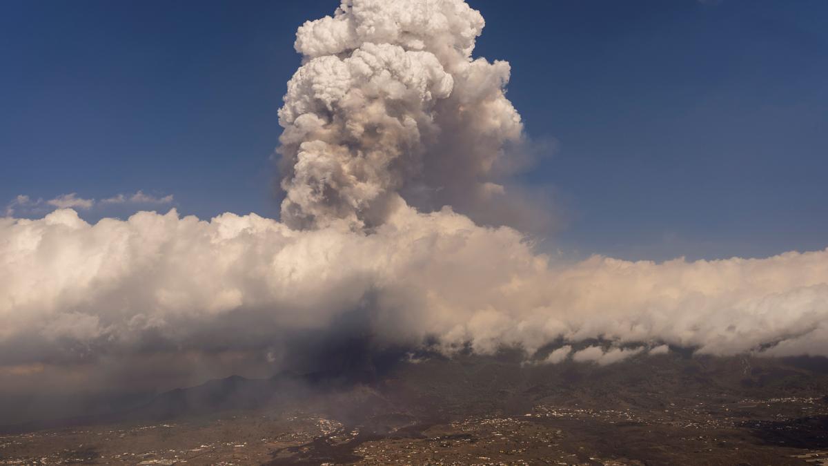 La nube de ceniza sobre La Palma.