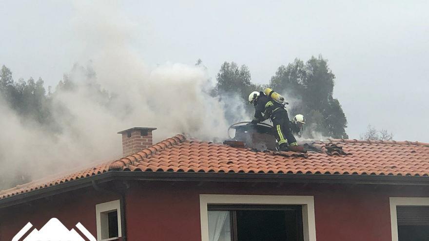 Arde el tejado de una casa en Villaviciosa