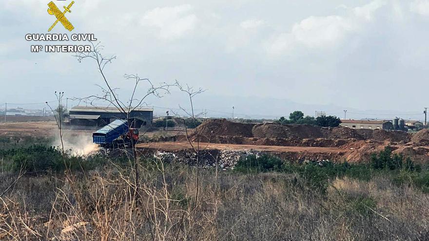 Desmantelan un enorme vertedero clandestino en Fuente Álamo