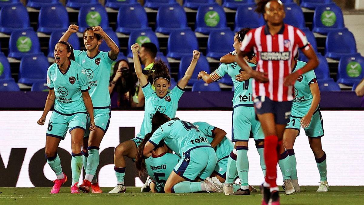 Las futbolistas del Levante UD celebran el gol de Rocío Gálvez en el minuto 92.  | EFE/JUANJO MARTÍN'