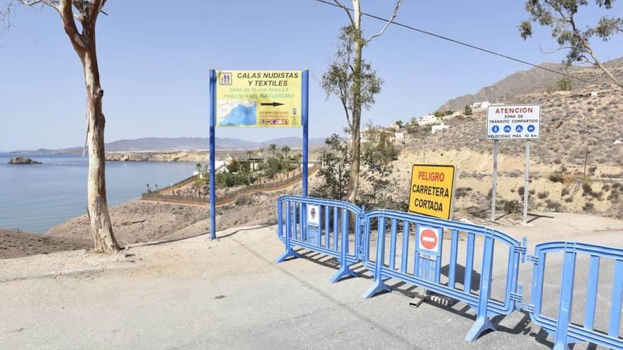 Un desprendimiento de rocas 'sepulta' el camino a las calas de Bolnuevo en Mazarrón