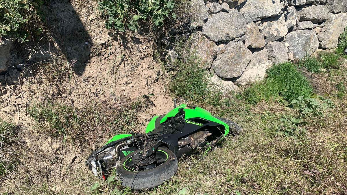 Estado en el que ha quedado la motocicleta accidentada en Cabra.