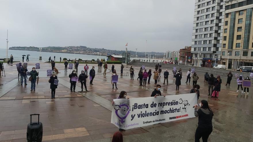 Los estudiantes de Gijón, con distancia social, toman la calle por el 8-M