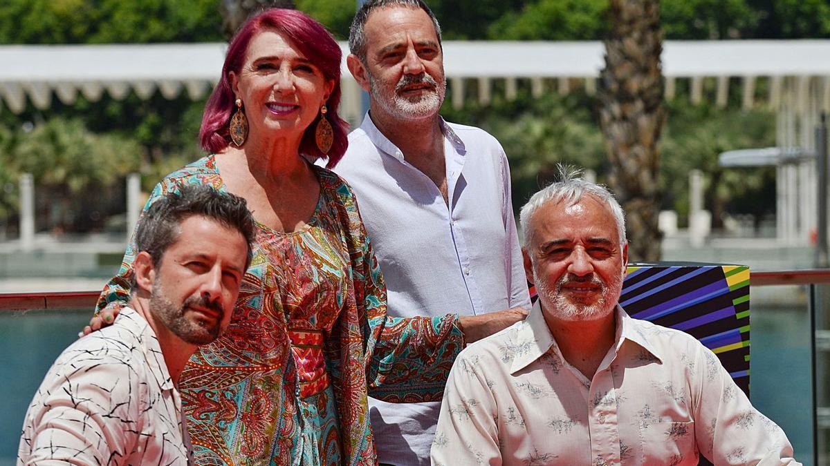 El equipo de «Las mejores familias», ayer en el Photocall del Muelle Uno del Festival de Málaga..