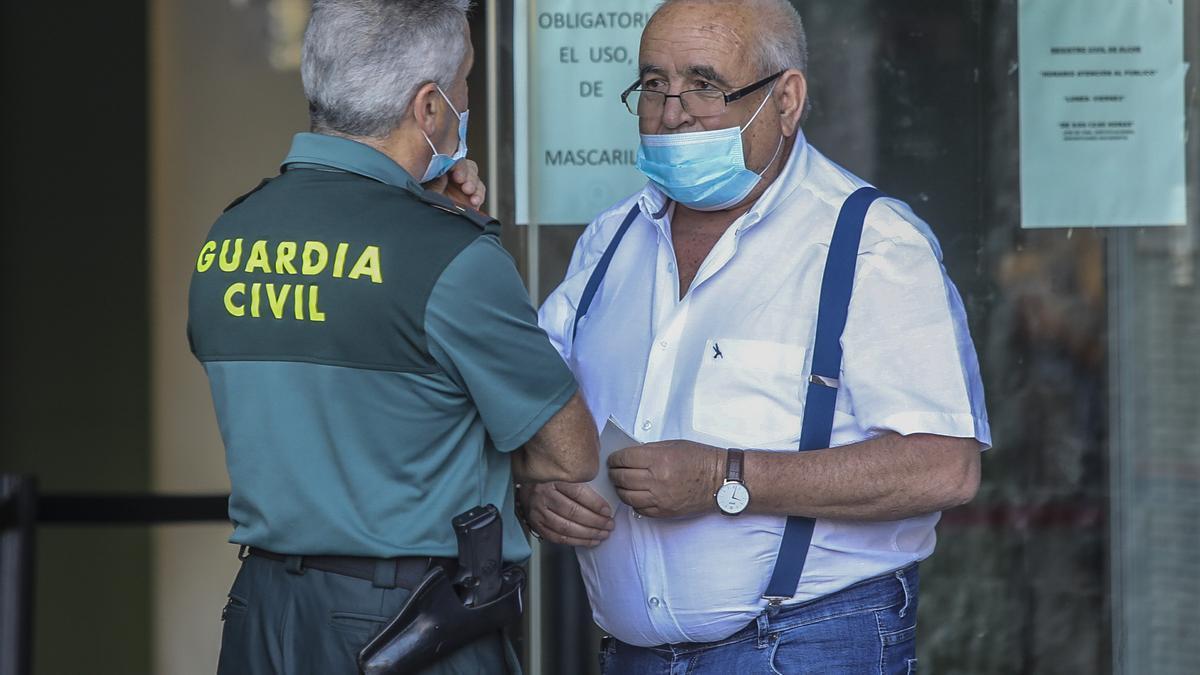 El empresario Ángel Fenoll en el acceso a los juzgados de Orihuela.