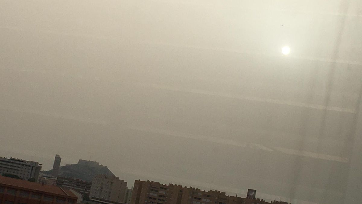 El sol velado en Alicante, efecto de la calima