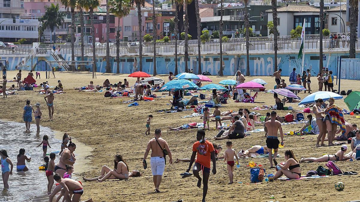 Bañistas en una playa canaria.