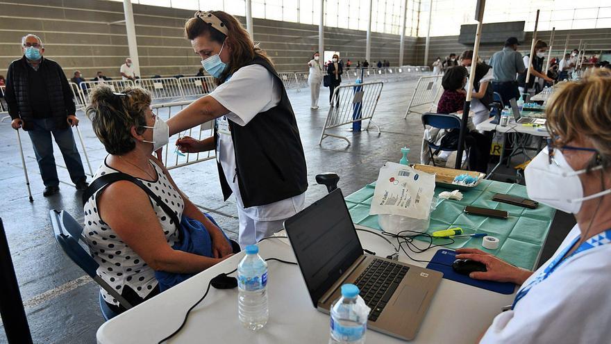 Colas y nervios en una jornada de vacunación masiva