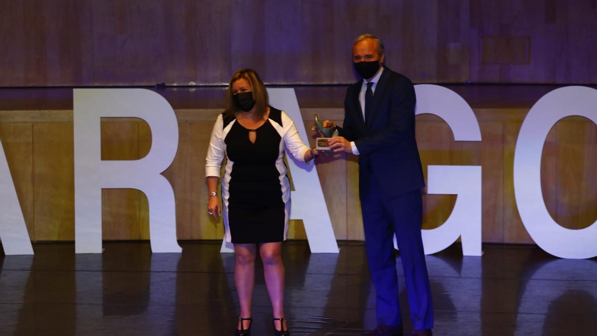 La madre del premiado en Deportes, Alejandro Francés y Jorge Azcón, alcalde de  Zaragoza.