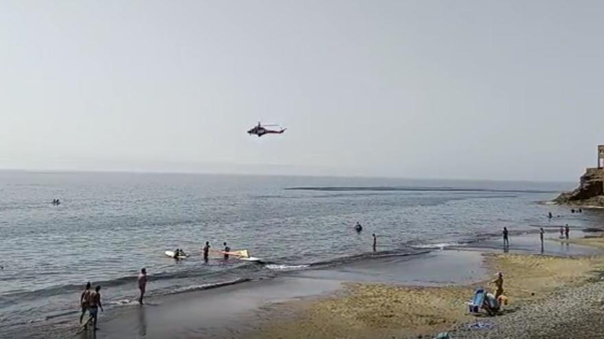 Un helicóptero del GES busca en Playa del Águila al joven submarinista desaparecido (06/09/2021)