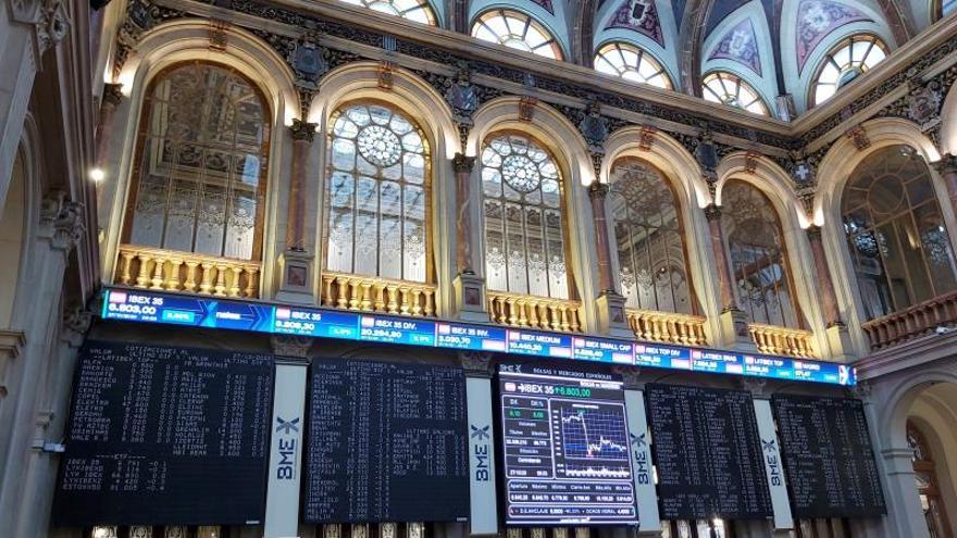 La Bolsa española cae el 0,96 % pendiente de la economía y de más resultados