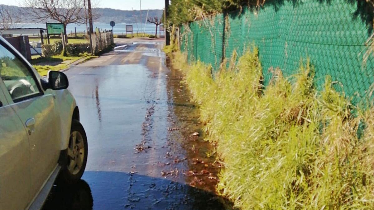 Las aguas que vecinos denuncian como supuestamente fecales aparecidas en el lugar de Bon.     // FARO