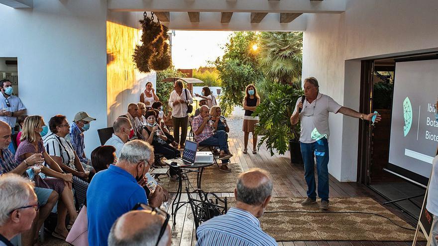 """Eduardo Mayol: """"No hay que perder la tradición de curar con plantas de Ibiza"""""""