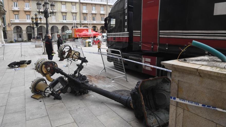Un camión derriba una de las farolas del frente de María Pita y alcanza a un hombre