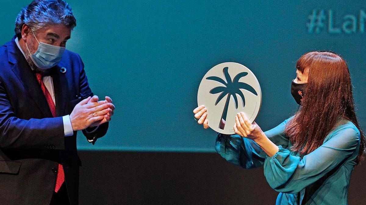 El ministro Rodríguez Uribes aplaude a Maria de Medeiros, que recibió ayer la Palmera d'Honor de la Mostra de València. | EFE/KAI FÖRSTERLING