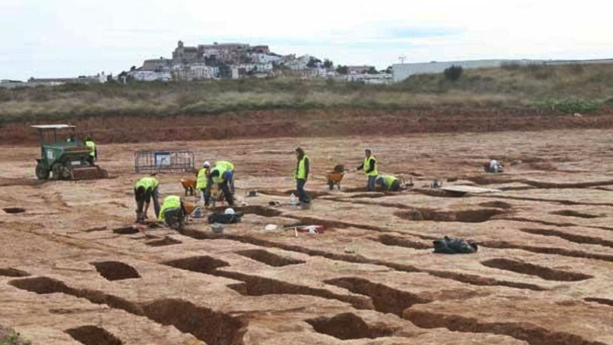Trabajos en el yacimiento arqueológico de s'Olivera, en Puig d'en Valls.  j.a.riera