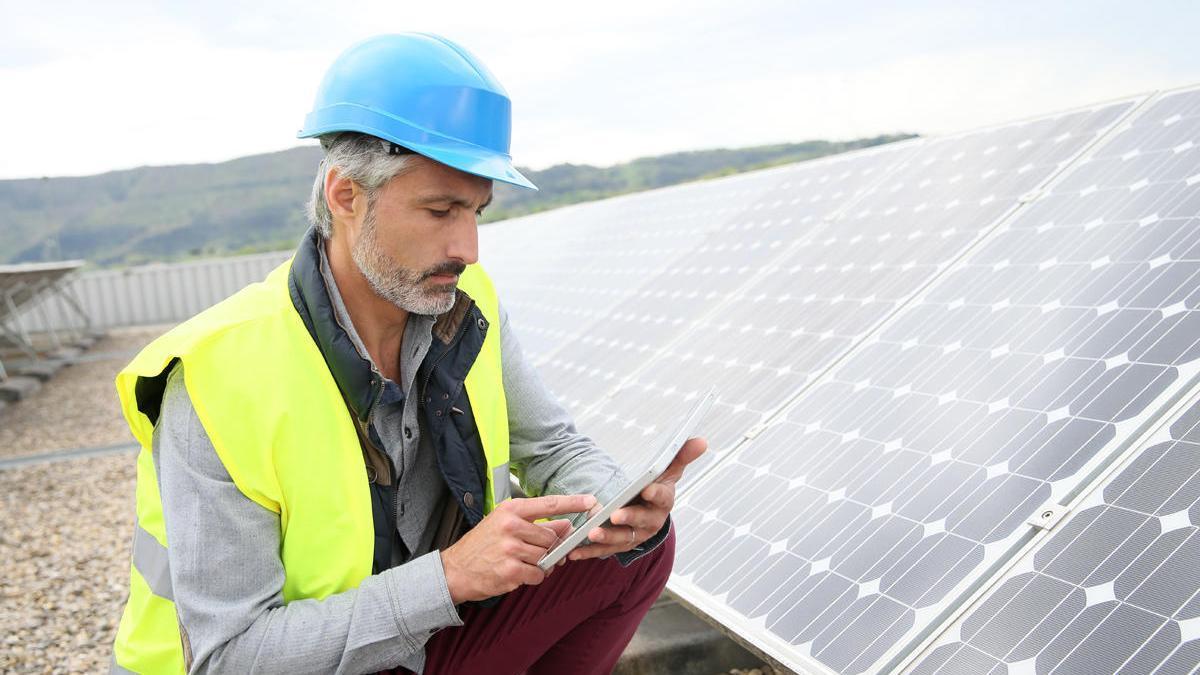 Un empleado trabaja con paneles solares.
