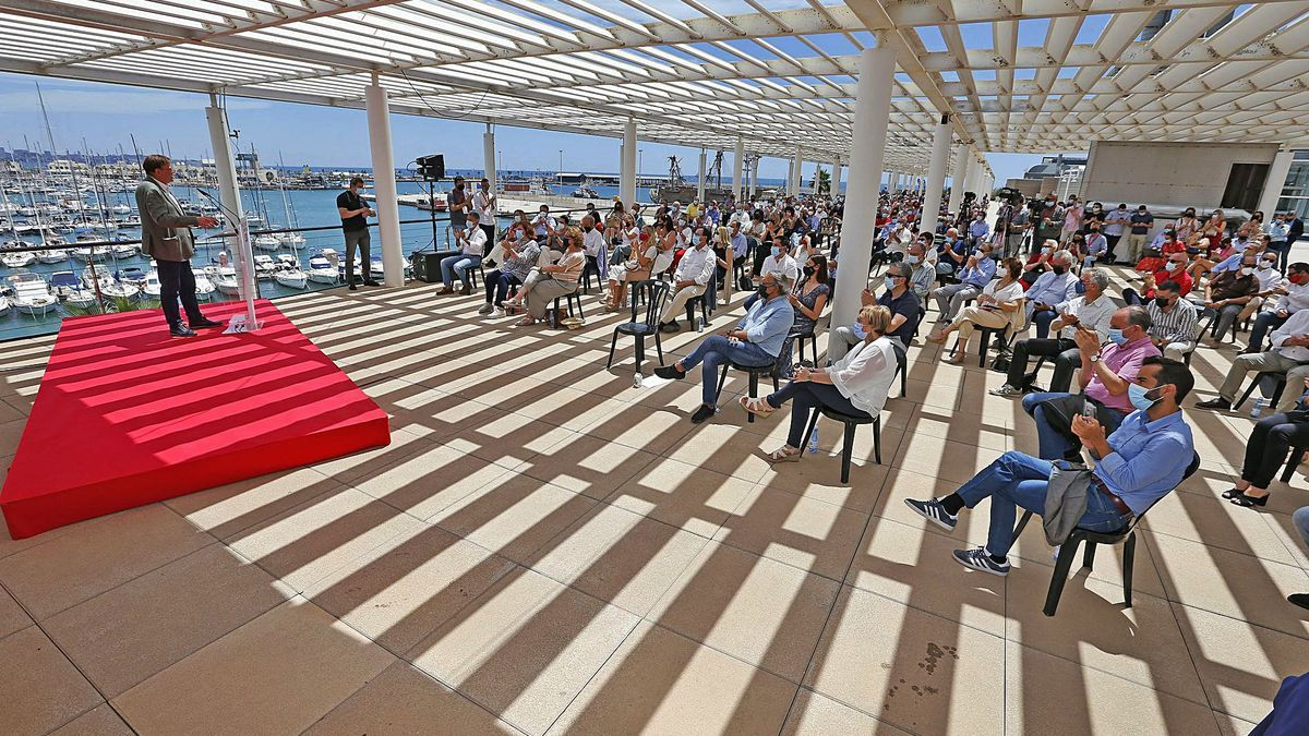 El secretario general del PSPV, durante su intervención en el acto «Un futuro para crecer» en Alicante.    LEVANTE-EMV