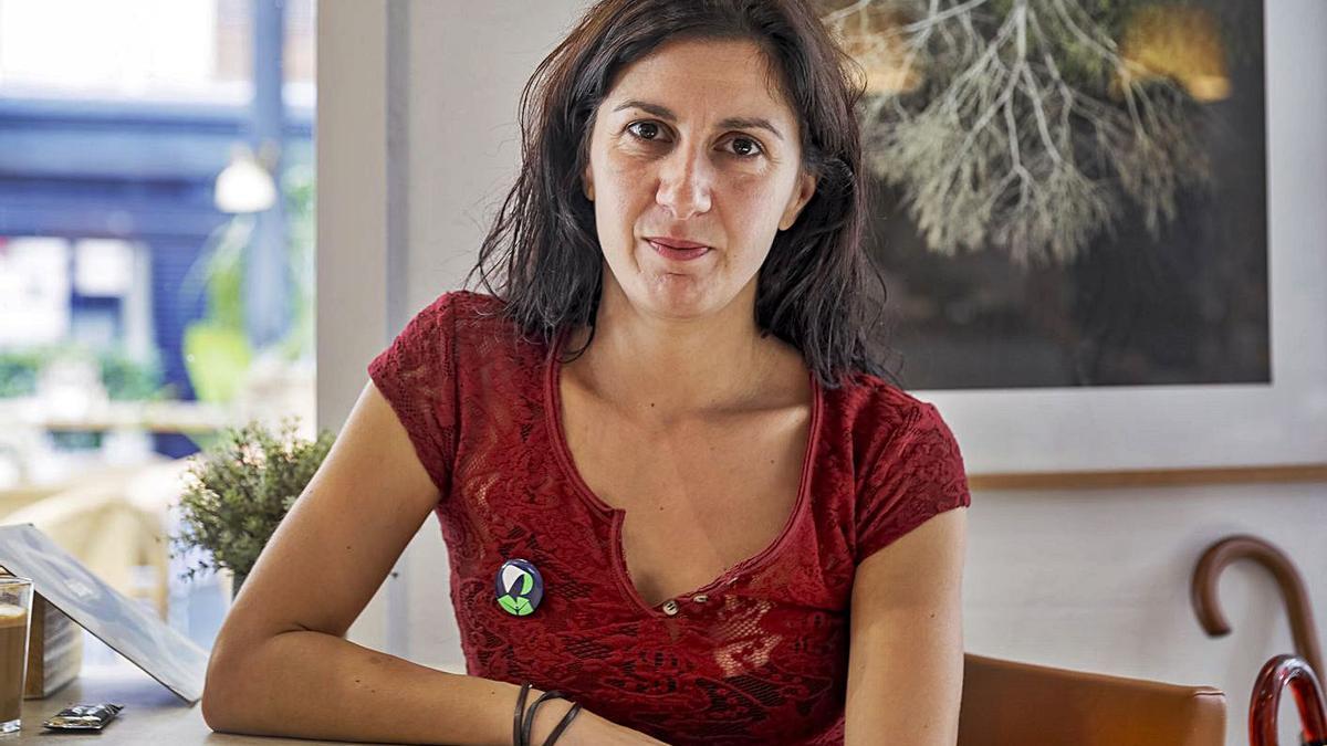 A la derecha, la escritora Lucia Pietrelli.  Abajo, el cartel del montaje. b.ramon