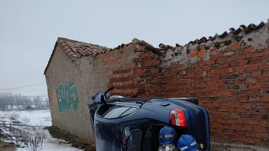 Dos heridos al volcar un vehículo en Vallesa de la Guareña