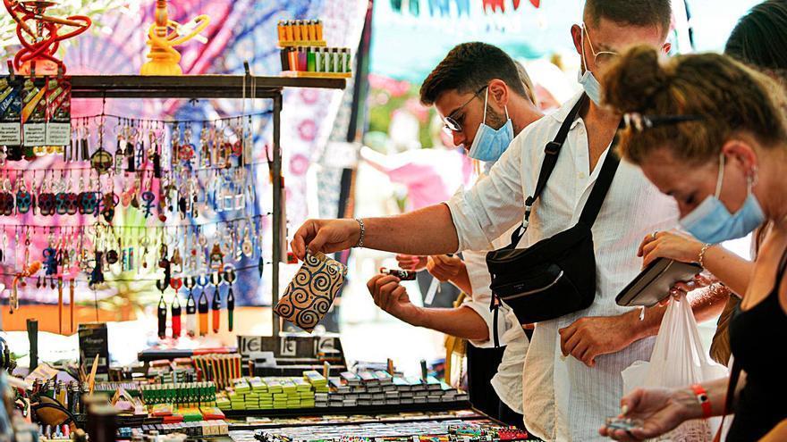El súbito cierre del Hippy Market indigna a sus vendedores