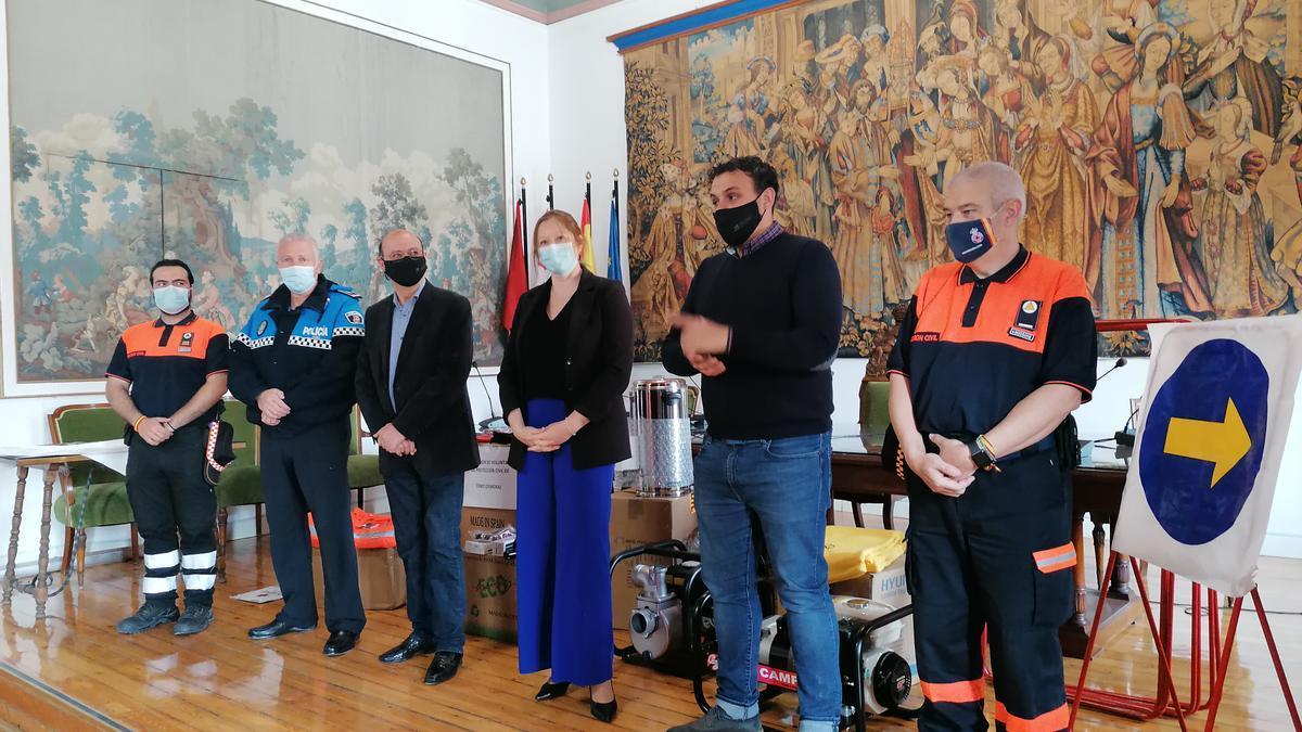 Voluntarios y autoridades posan con el material donado por la Agencia de Protección Civil