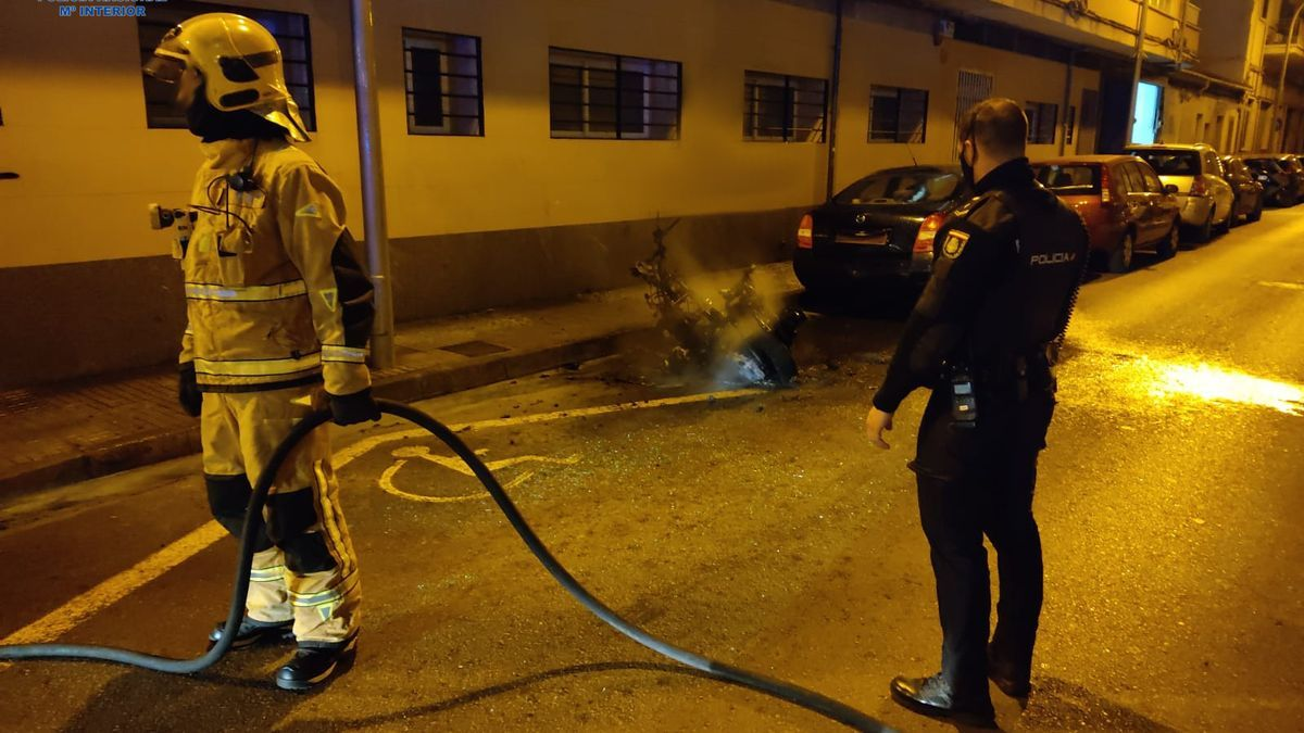 La moto quedó totalmente destruida por el fuego.