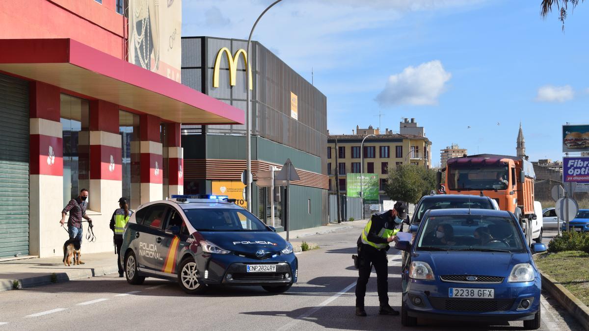 Control policial a la entrada de Manacor