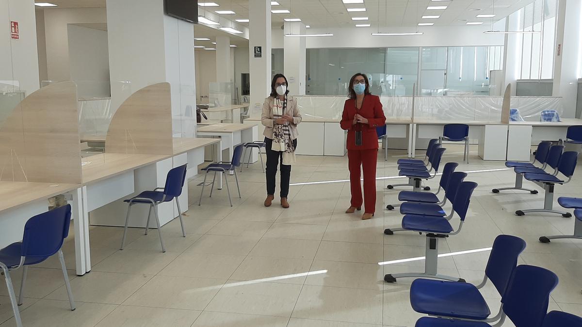 La subdelegada y la jefa provincial de Tráfico, en las nuevas oficinas