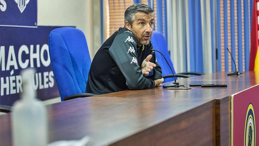 El entrenador del Hércules, David Cubillo, responde a las cuestiones de los periodistas en la sala de prensa del estadio, ayer.