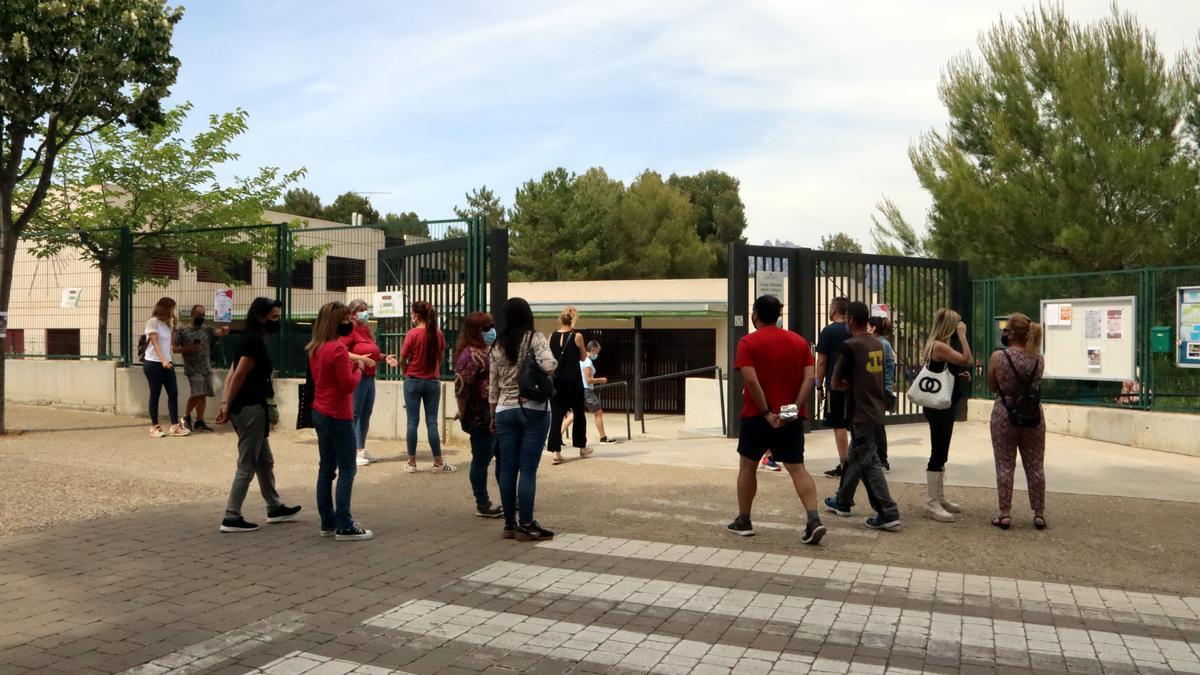 Pla obert de l'entrada a l'escola Renaixença dels Hostalets de Pierola. 4 de juny de 2021. (horitzontal)