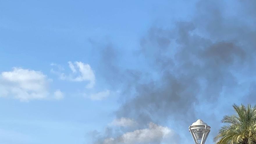 Revuelo en el Zoco por el humo de un contenedor en llamas