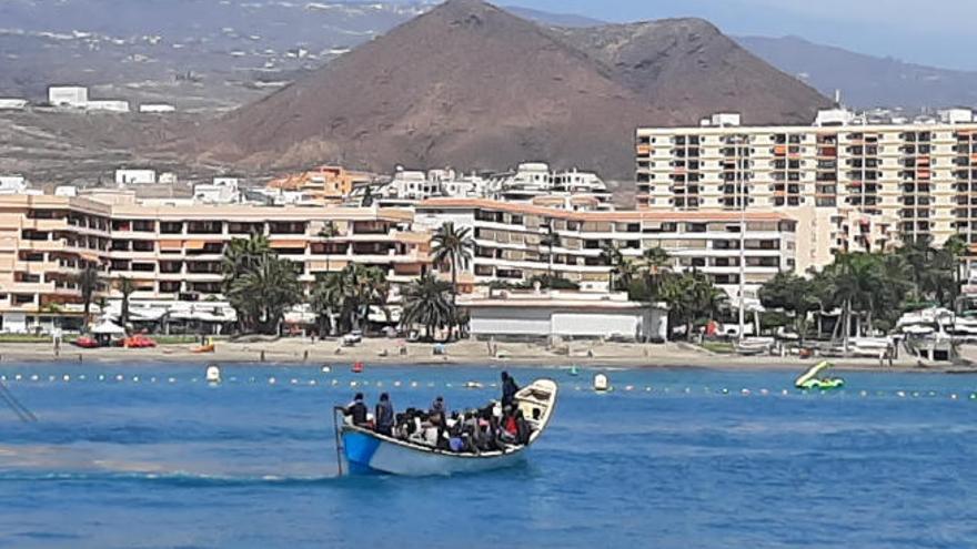 Salvamento rescata a cuatro cayucos con inmigrantes en costas canarias