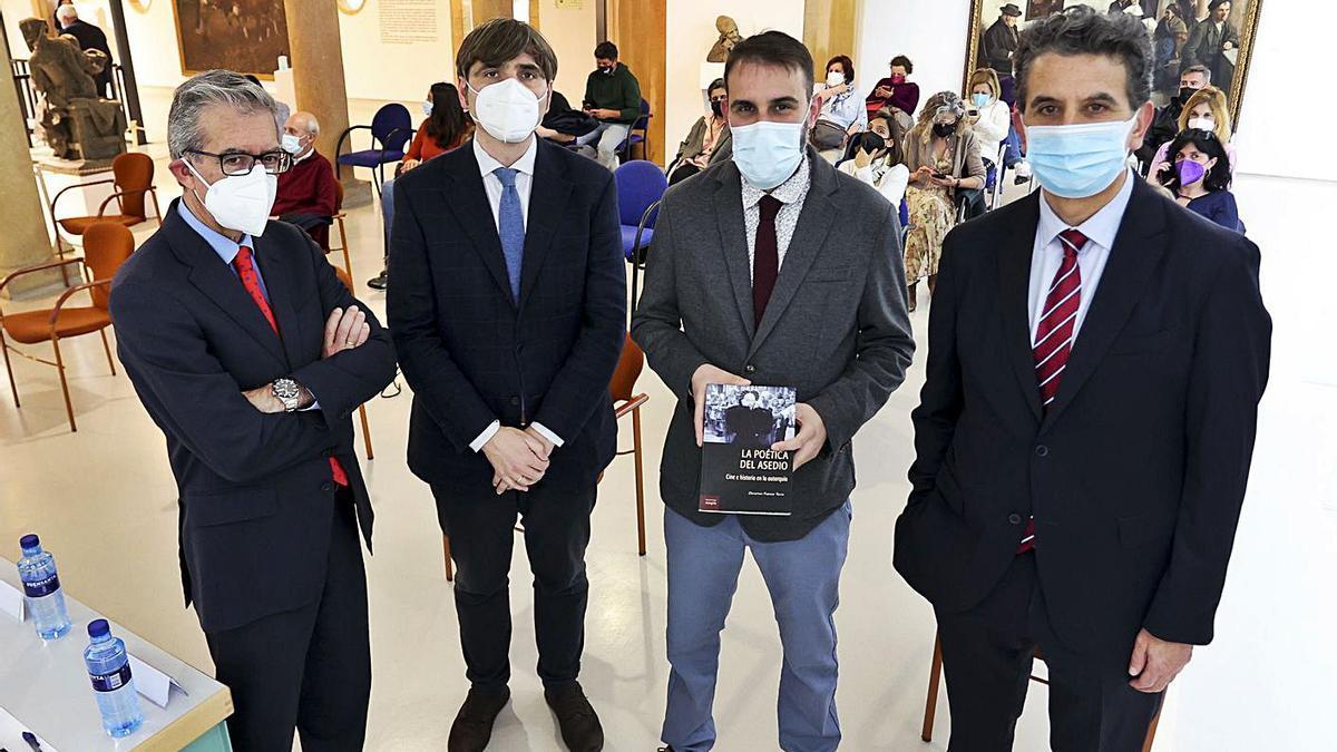 Por la izquierda, Vidal de la Madrid, Alfonso Palacio, Christian Franco Torre con su libro y Juan Carlos de la Madrid, ayer, antes de la presentación de la obra en el Museo de Bellas Artes de Asturias. | Irma Collín