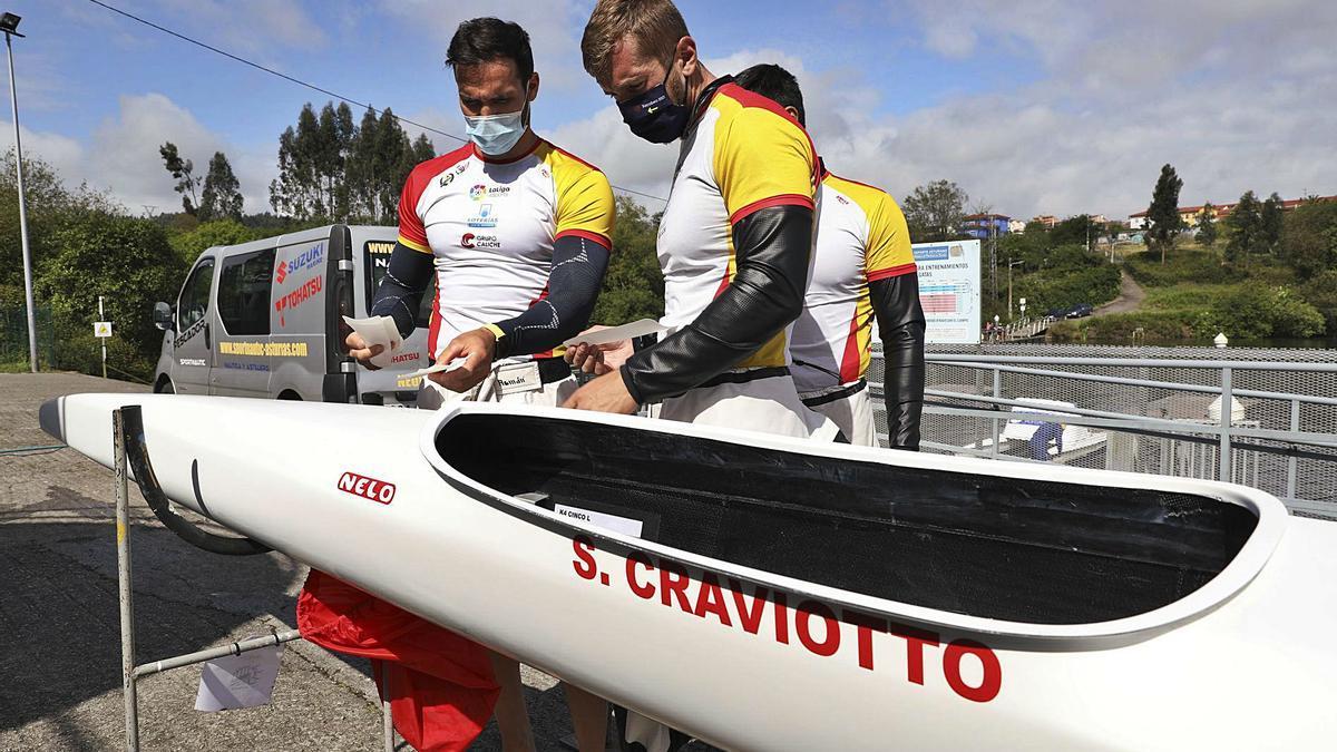 Saúl Craviotto y el coruñés Carlos Arévalo junto a la nueva piragua en la que el K4 competirá en los Juegos Olímpicos. |  // RICARDO SOLÍS