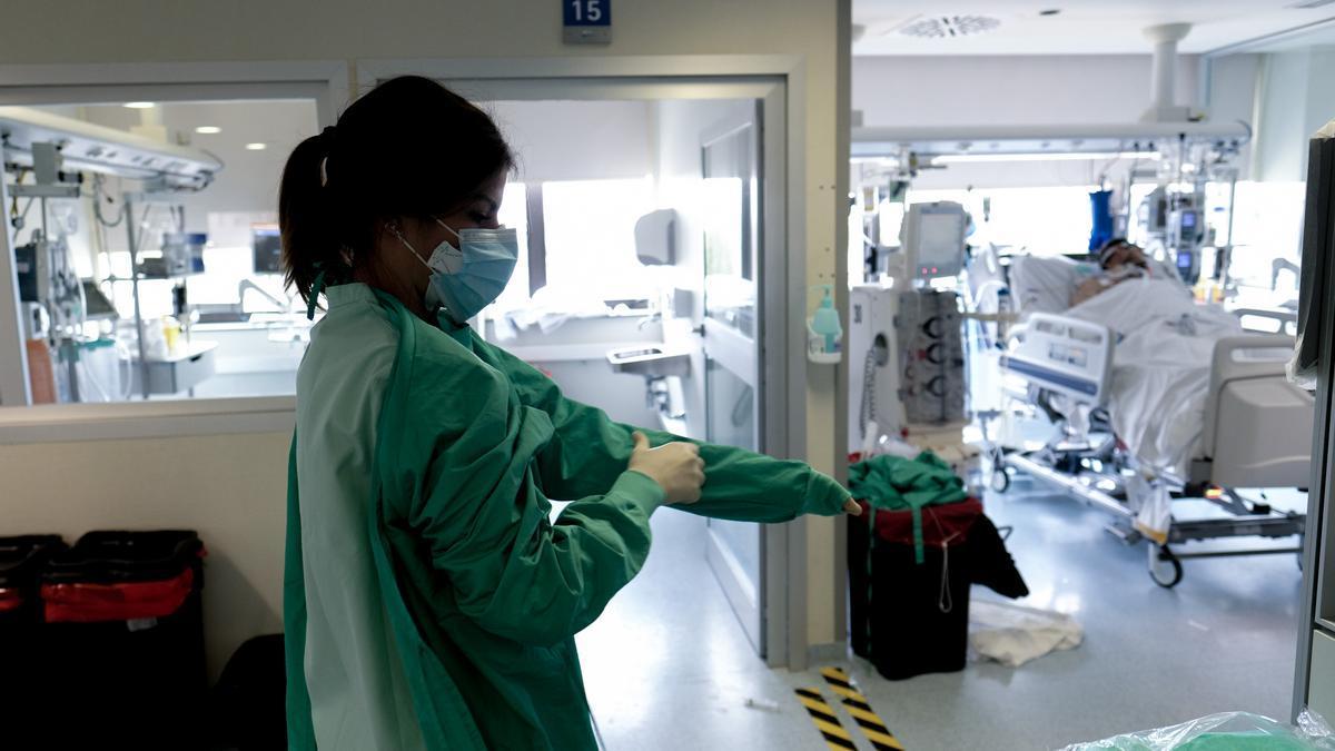 Una sanitaria en la UCI del Hospital de Torrevieja.