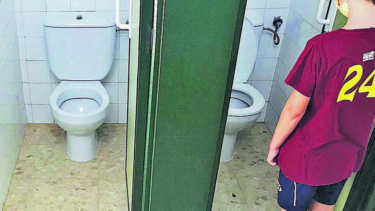 Un alumno en unos aseos de un colegio público en Elche, en una imagen tomada ayer.