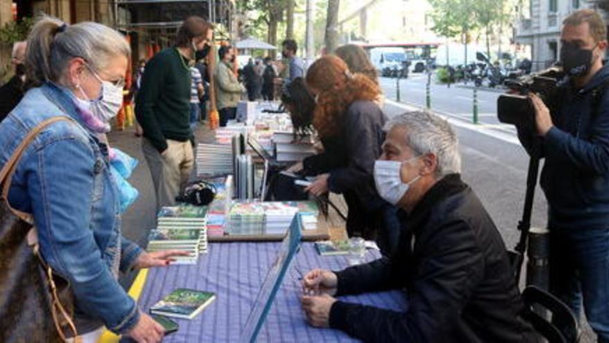 Els escriptors tornen al carrer en un Sant Jordi «boníssim» per trobar-se amb els seus lectors