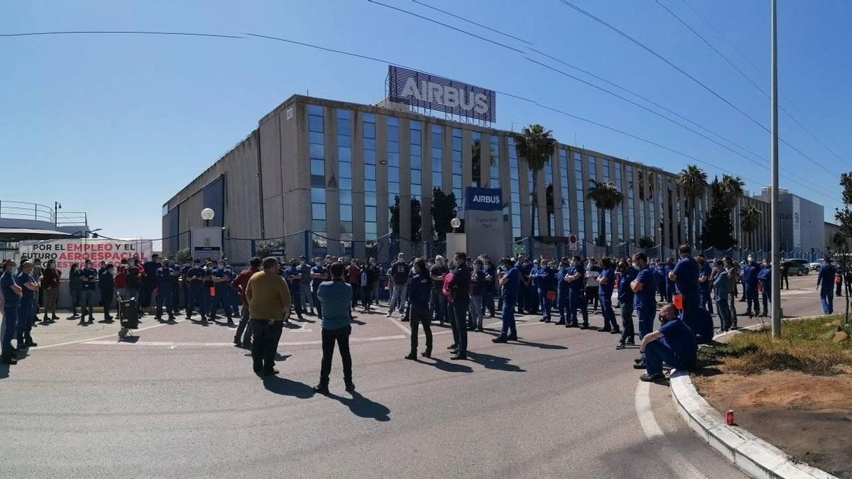 Trabajadores de Airbus en Puerto Real manifestándose en la puerta de la planta.