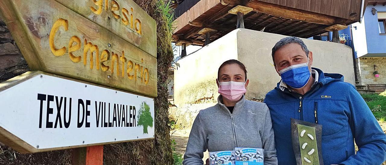 Montse García y Miguel Rodríguez, ayer, en Villavaler, con el premio y envases de su faba asturiana IGP.   S. Arias