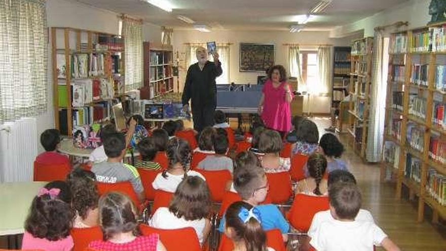 Niños disfrutan de una jornada anterior en la Biblioteca.