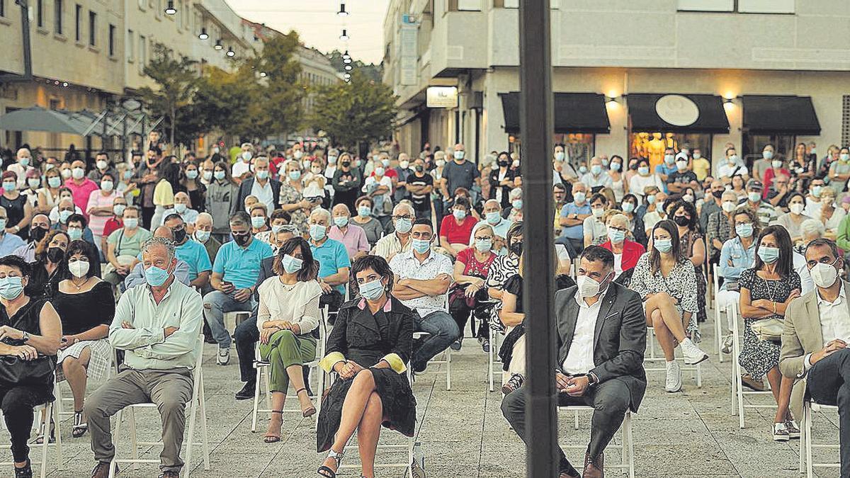 Jesús Montero Villar al lado de la alcaldesa, Sandra González, en la plaza do Seixo.  //D.P.